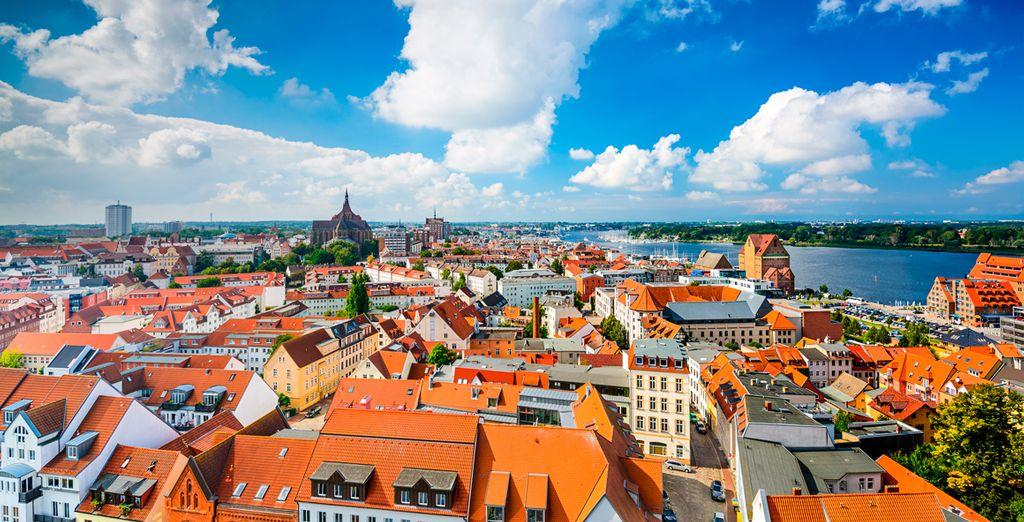 Rostock, con el ajetreo de su importante puerto, en la que atracan grandes veleros de época