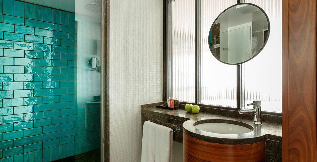 Un baño sofisticado y completamente equipado