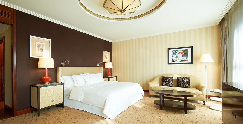 Descansa en tu habitación Deluxe después de un gran día de turismo