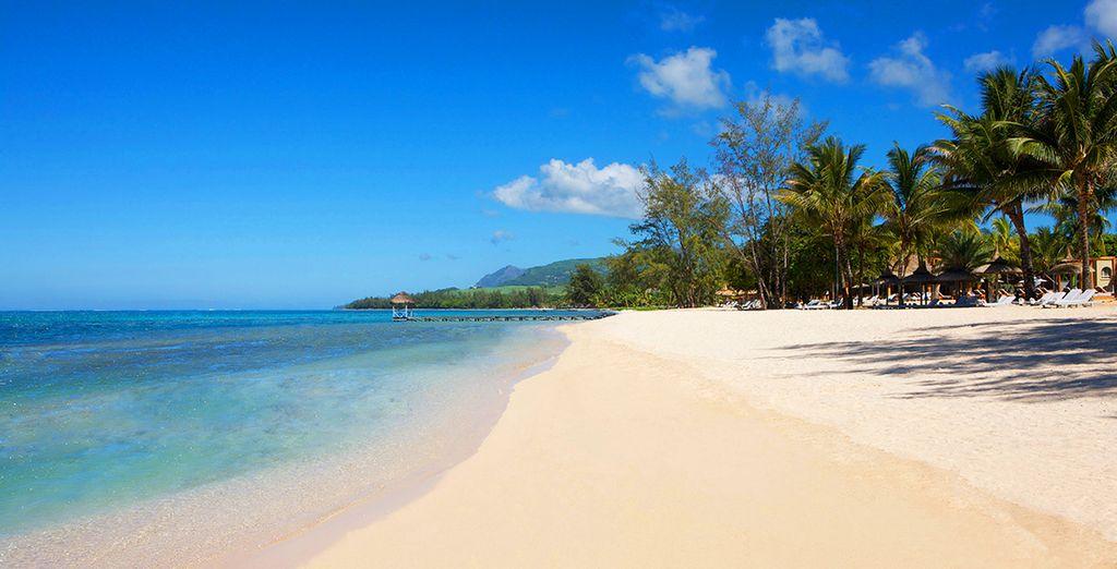 Délicatement posé sur l'une des plus belles plages de l'île