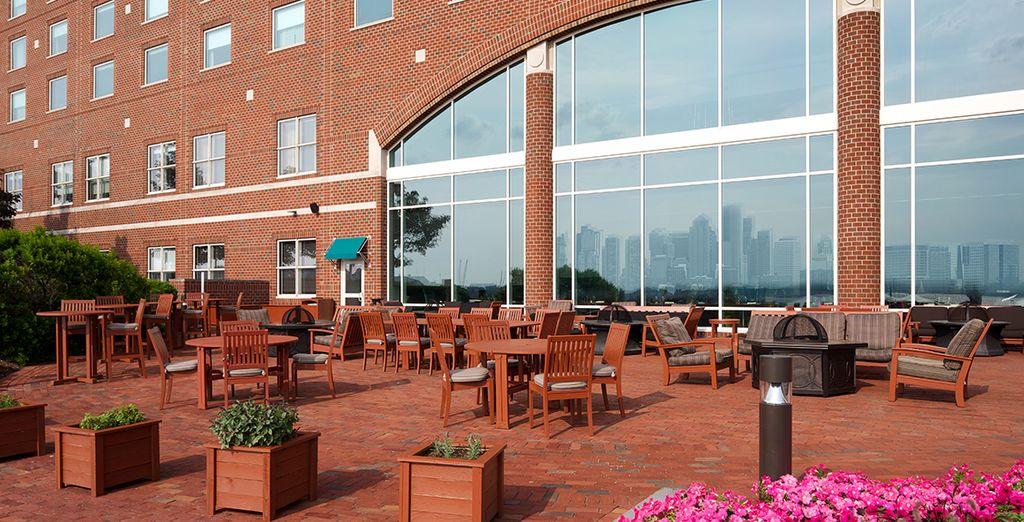 Bei schönem Wetter können Sie die Sonnenstunden auf der Terrasse genießen