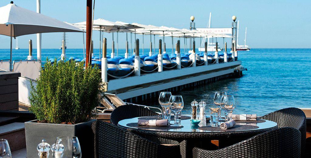 Wie wäre es mit einem Gourmet-Mittagessen mit Blick aufs Meer?