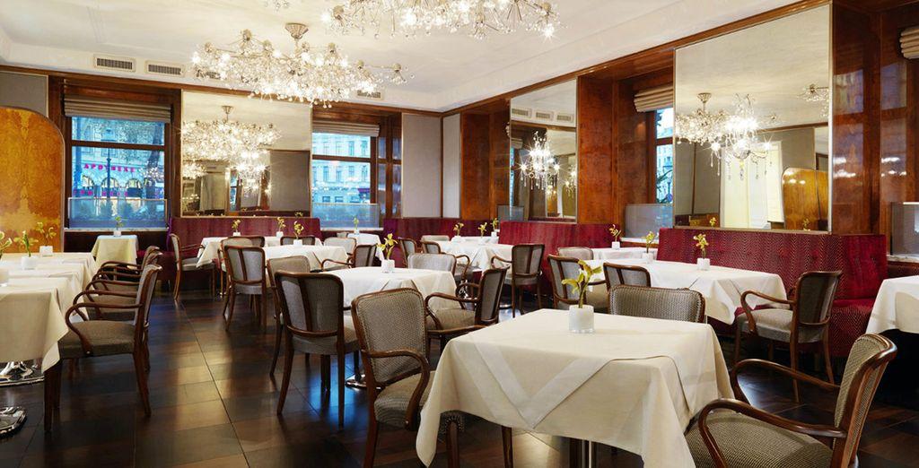 Genießen Sie ein romantisches Abendessen im Restaurant ...