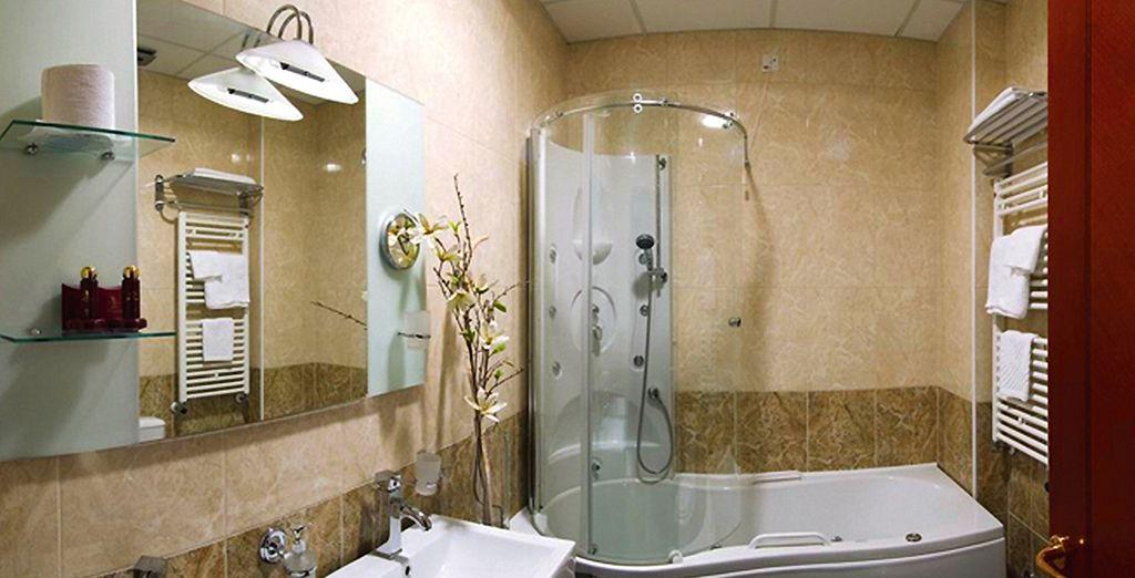 Voll ausgestattetes Bad und Jacuzzi im Zimmer