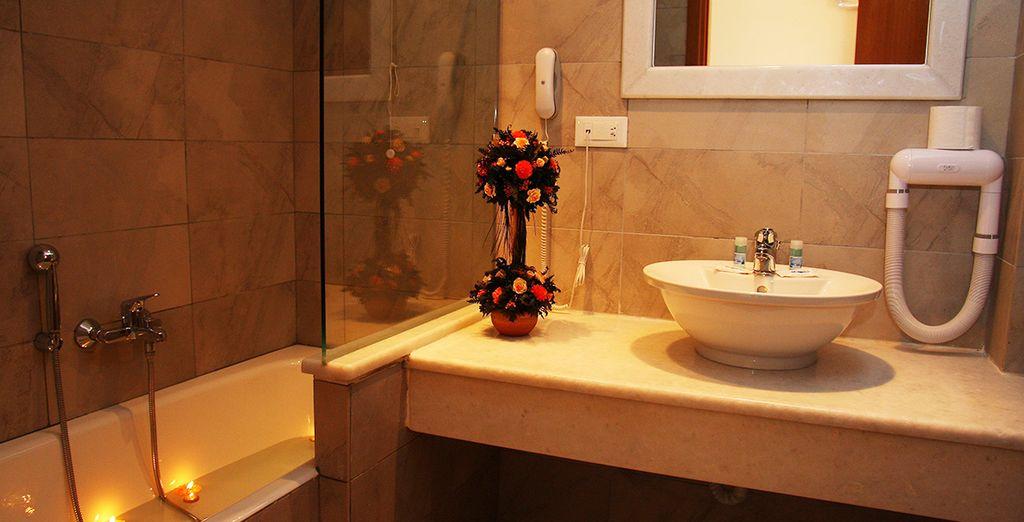 Mit voll ausgestatteten Badezimmer