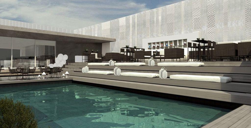 Der Pool befindet sich auf der Dachterrasse des Hotels
