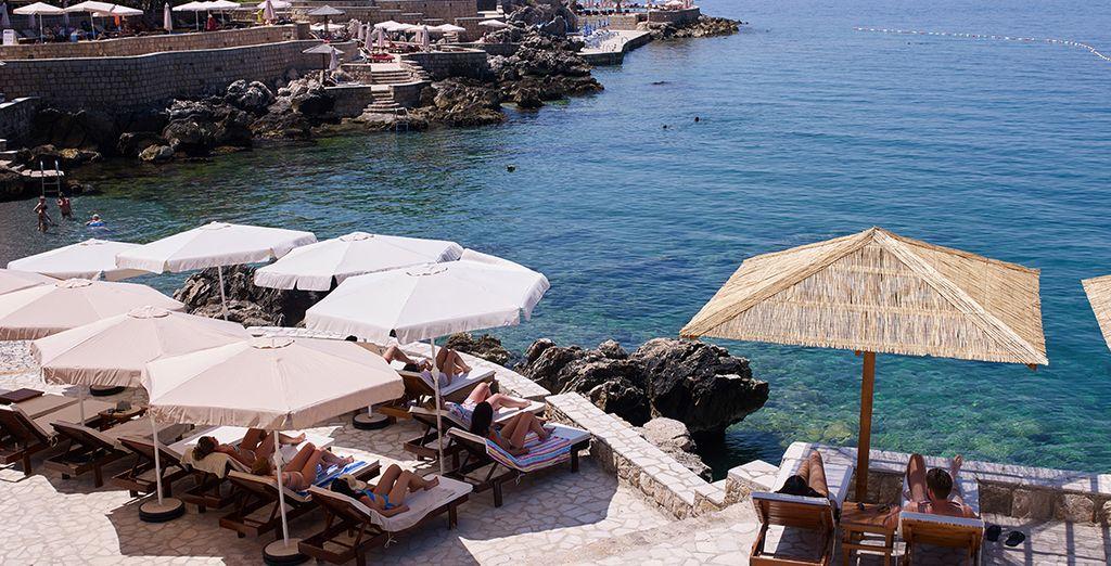 Hier können Sie am Pool mit Blick auf das Meer entspannen