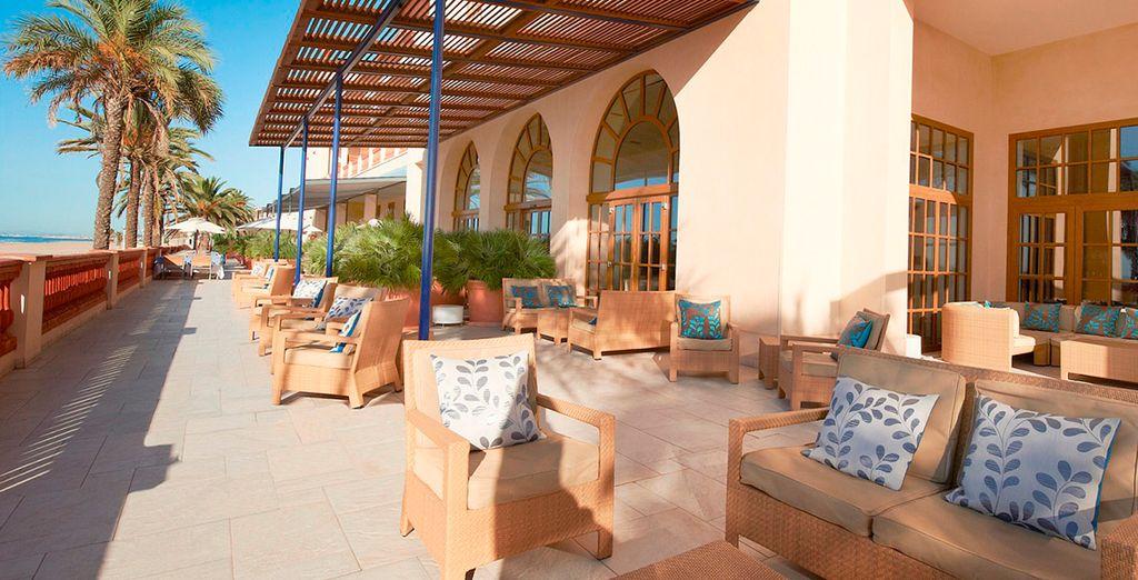 Die große Terrasse mit Blick auf den Strand ist der perfekte Ort zum Entspannen