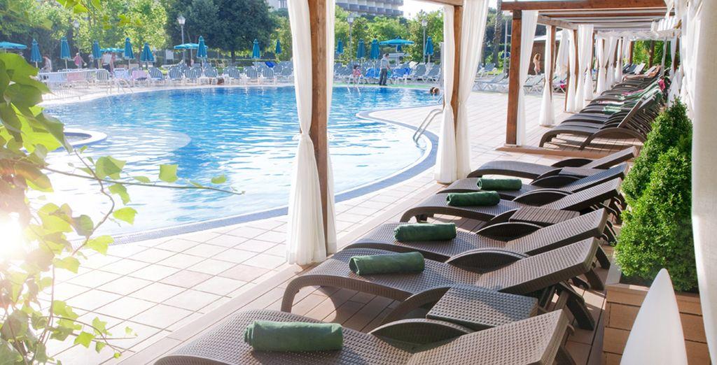 Gönnen Sie sich eine Erfrischung am Pool