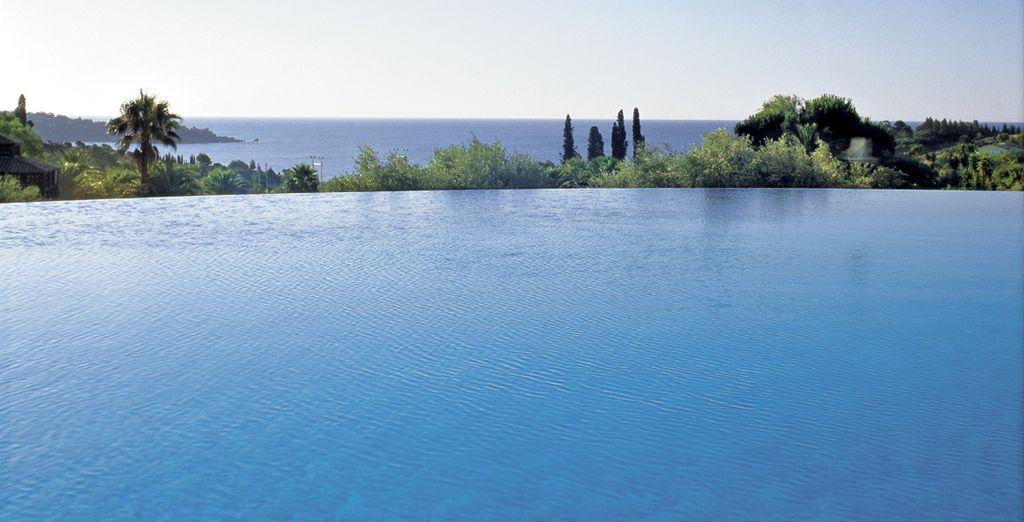 Genießen Sie den Blick vom Pool...