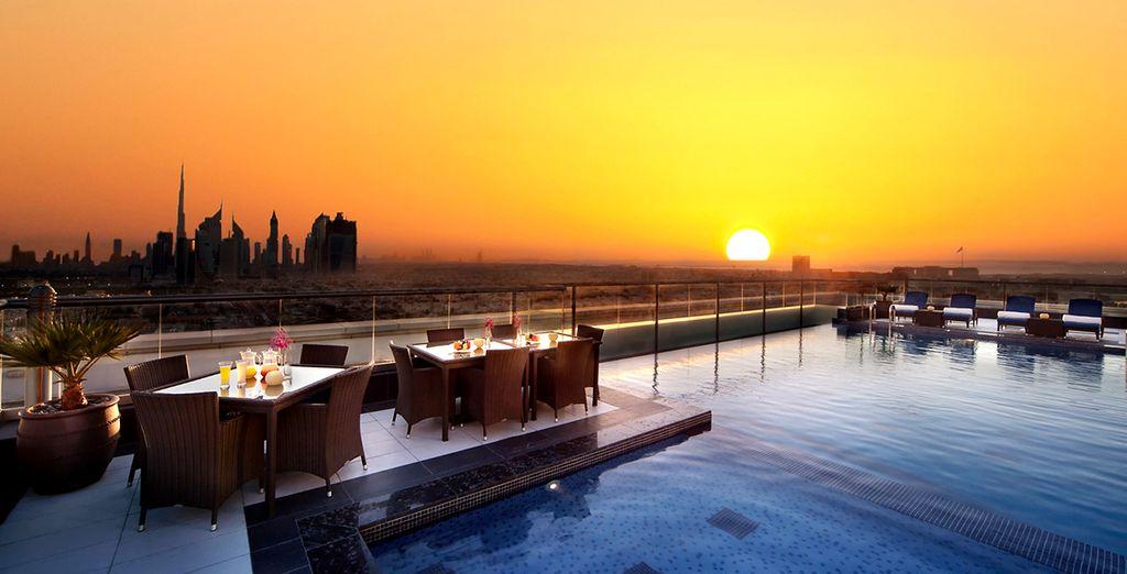 Genießen Sie Dubai vom Dach des Park Regis Kris Kin Hotels 5*