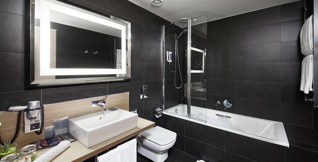 Mit seinem eleganten Badezimmer