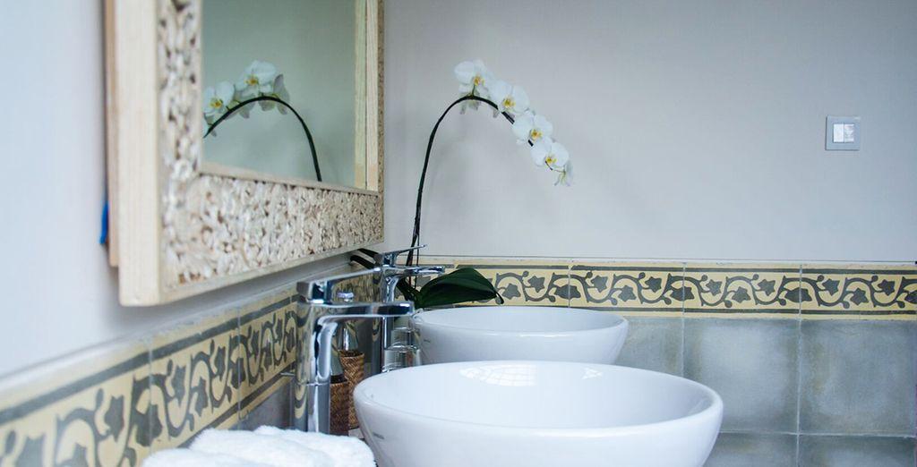 Mit komplett ausgestattetem Badezimmer