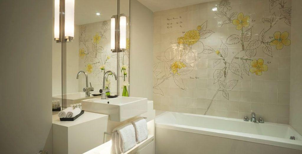 ...mit hellem Badezimmer