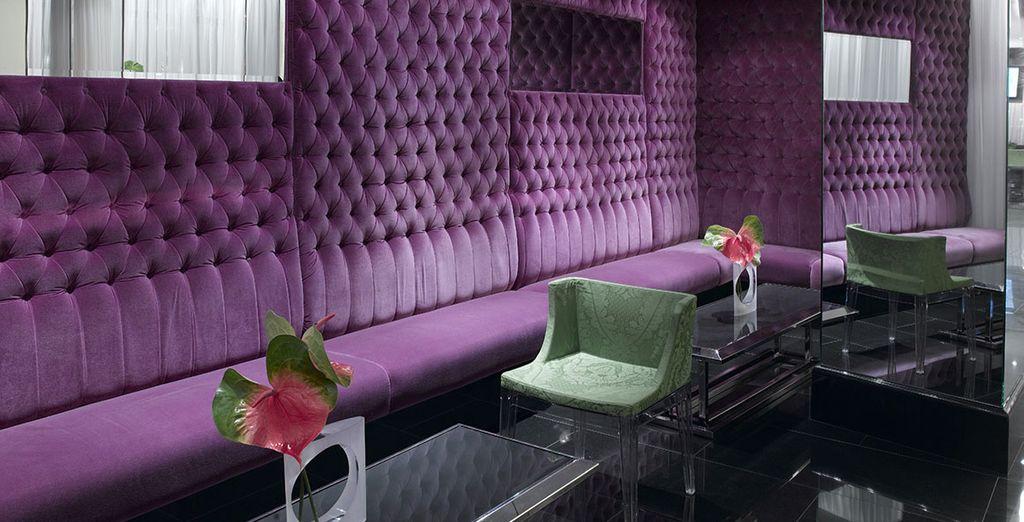 ...eine Diskussion mit Freunden in Art-Deco-Atmosphäre...