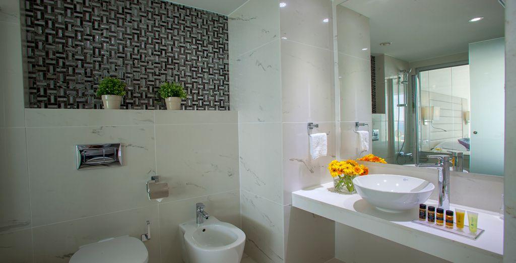 Mit einem modernen Badezimmer