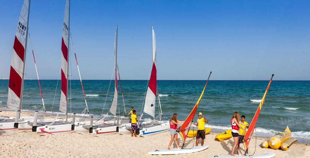 Genießen Sie unzählige Wassersportaktivitäten am exklusiven Strand des Hotels