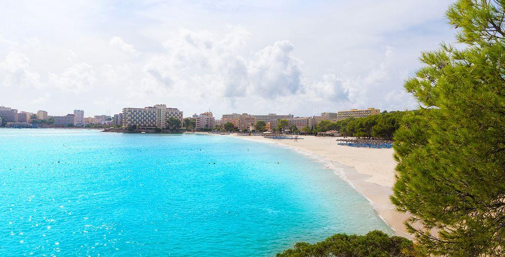 ... oder am weißen Sandstrand mit türkisfarbenem Wasser