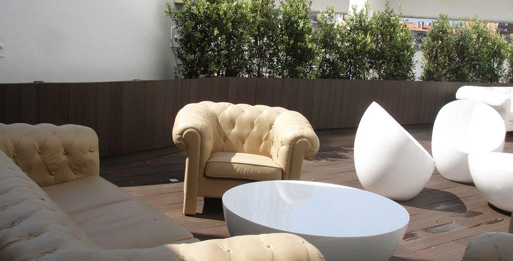 Oder sitzen Sie auf der hellen Terrasse...