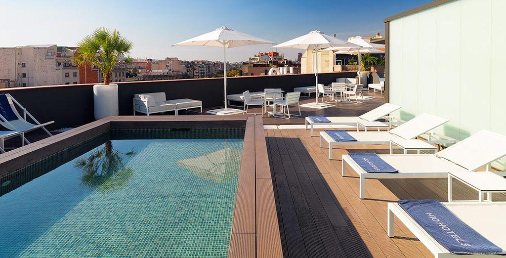Genießen Sie die Sky Bar auf der Terrasse mit Blick auf Barcelona