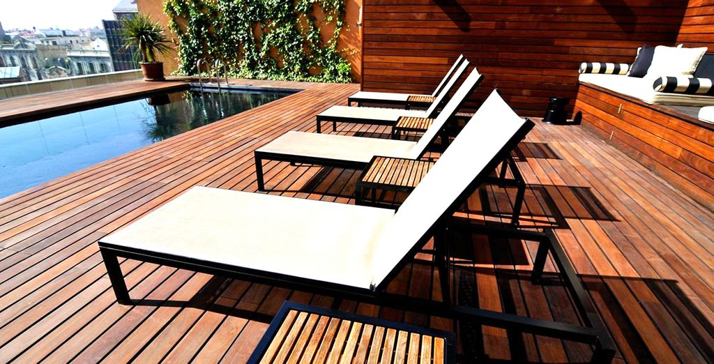 Lassen Sie den Tag entspannt auf der Dachterrasse ausklingen