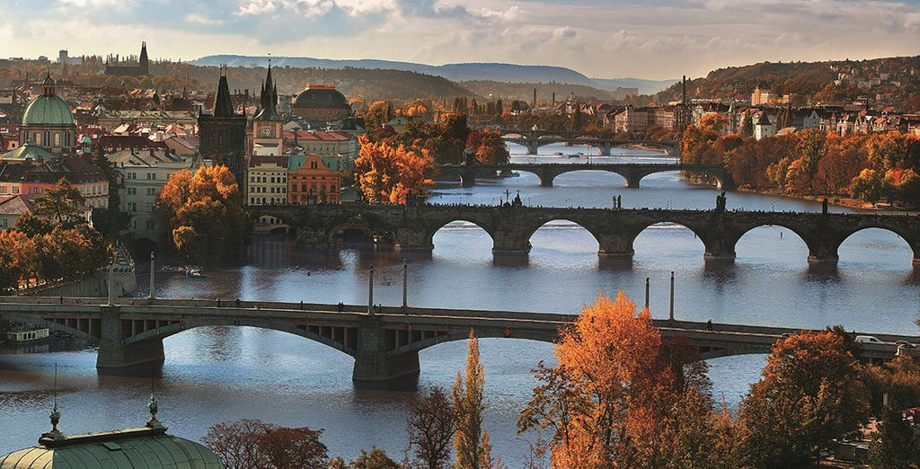 Lassen Sie das Prager Brückenpanorama auf sich wirken