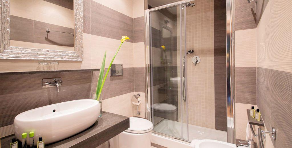 Und mit modernem Badezimmer