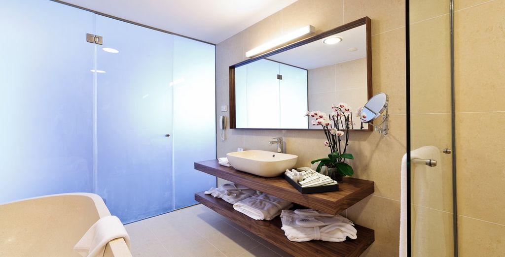 Mit großem modernen Badezimmer