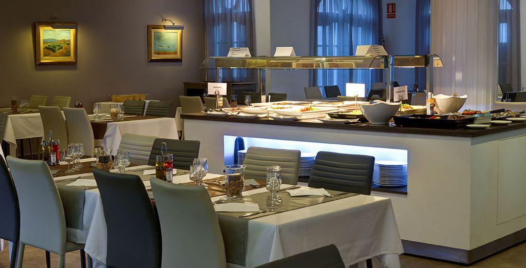 Genießen Sie Mahlzeiten im Hotelrestaurant in eleganter Atmosphäre