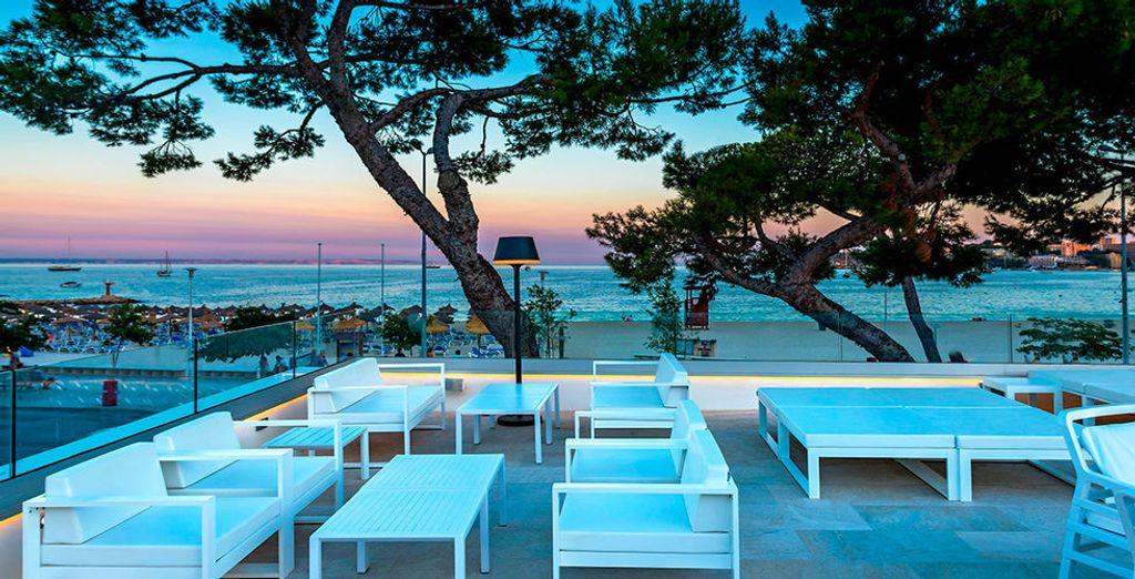 Genießen Sie abends einen Drink auf der Terrasse mit Blick aufs Meer