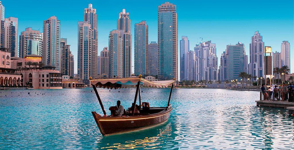 Kommen Sie und beobachten Sie den Sonnenuntergang an Bord eines Bootes auf der Khor Dubai.