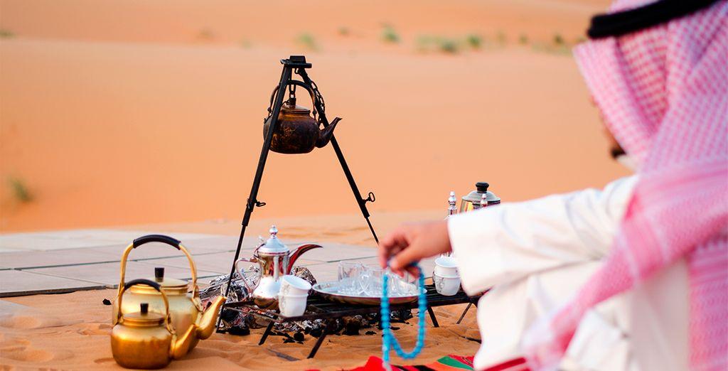 Trinken Sie Tee inmitten der Dubaier Wüste