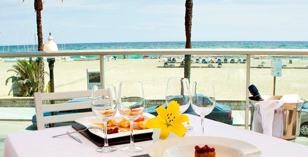 Genießen Sie dank Vollpension zwei oder mehr Mahlzeiten mit Blick auf das Meer