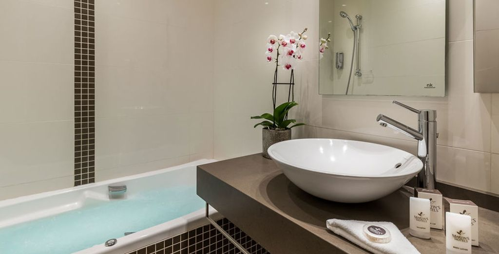 Mit modernem Badezimmer