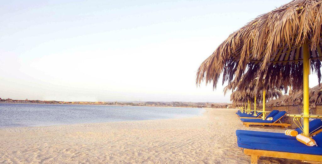 Entspannen Sie sich am Wasser in Sharm El Luli Strand.