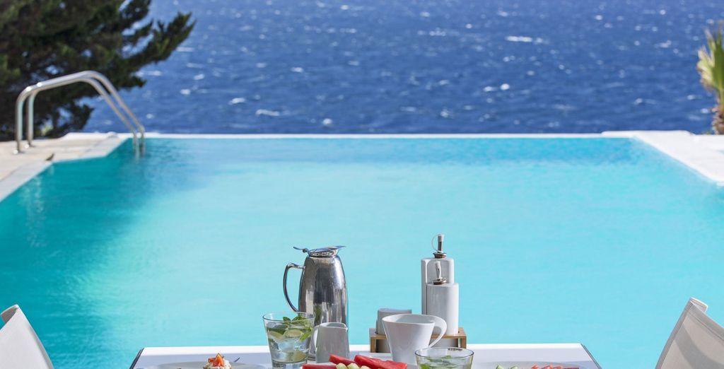 Y degusta la cocina tradicional de la región frente al mar Egeo