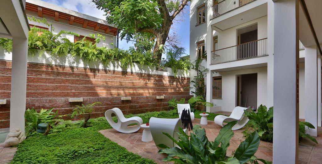 Con un balcón que ofrece vistas a los fantásticos jardines