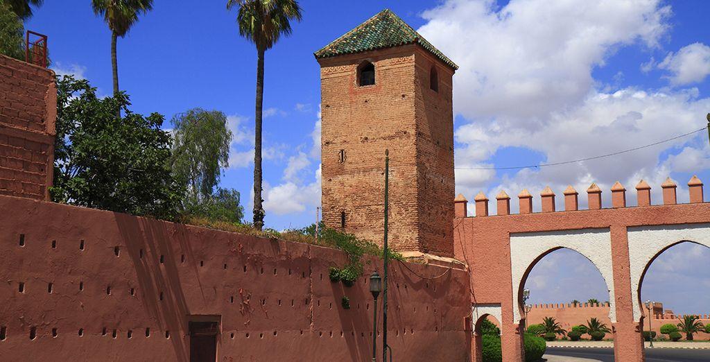 El color rojo de sus antiguas murallas defensivas...