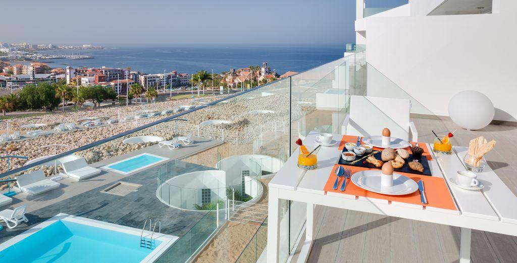 Y disfruta de una vista lateral al mar desde su terraza