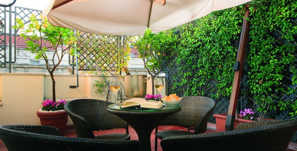 ¿Por qué no disfrutar de un poco de tiempo en la terraza del hotel?