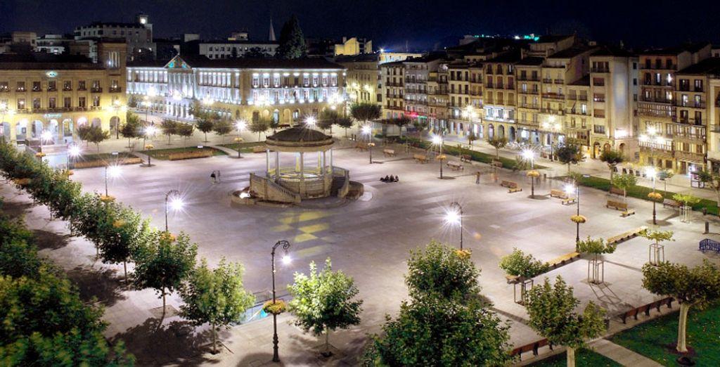 Visita la Plaza del Castillo, a la que da el hotel