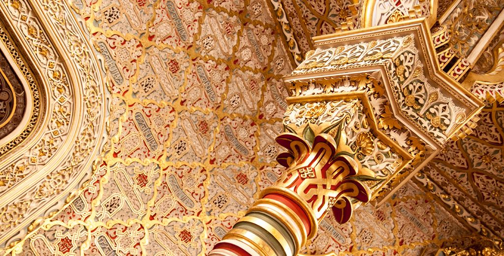 Visita sus impresionantes monumentos, como el Palacio de la Bolsa