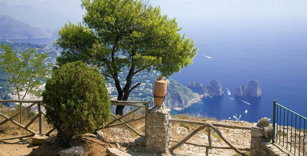Situado a solo 45 minutos de Nápoles, en la bahía de Salerno