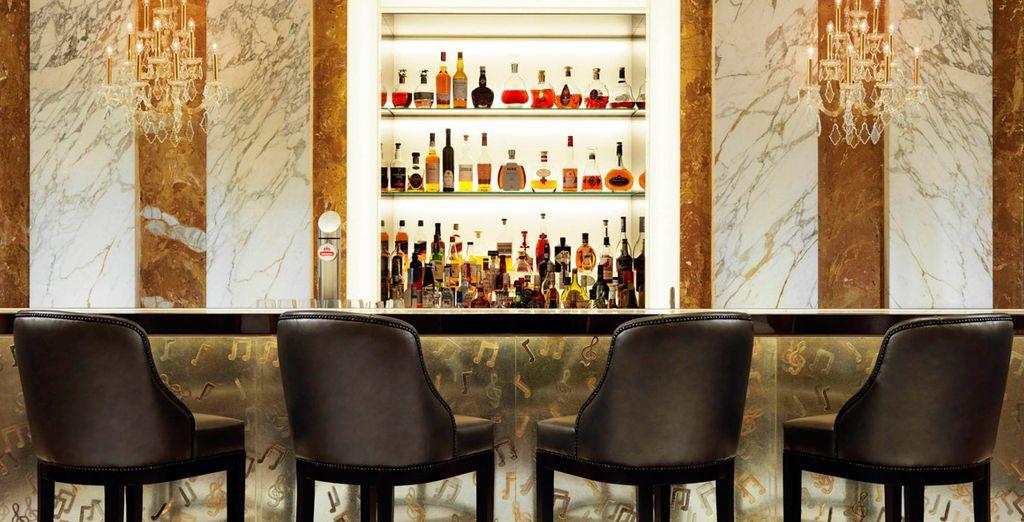 Relájese mientras toma una copa de champán en el bar