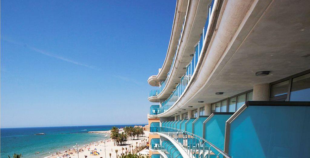 El hotel está situada en primera línea de playa