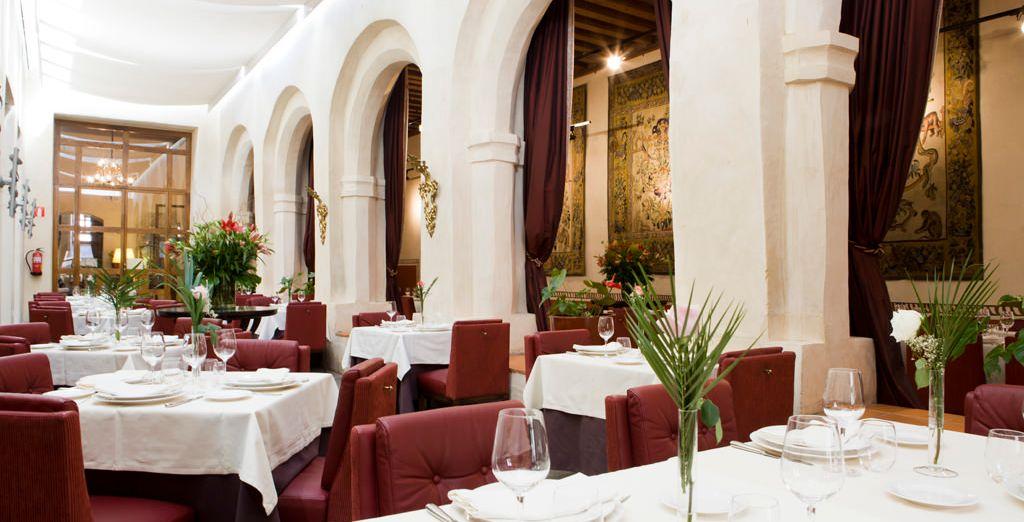 En el restaurante, podrás catar los mejores vinos españoles y extranjeros mientras degustas la cocina tradicional mediterránea con innovaciones de temporada