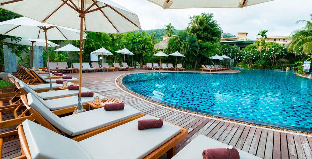 Relájate junto a la piscina
