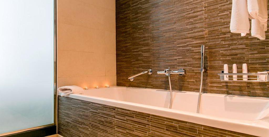 Con un amplio y lujoso baño