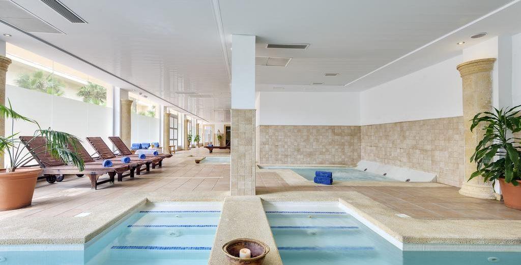 Un centro Spa & Wellness dotado con sauna, jacuzzi, piscina interior y zona termal