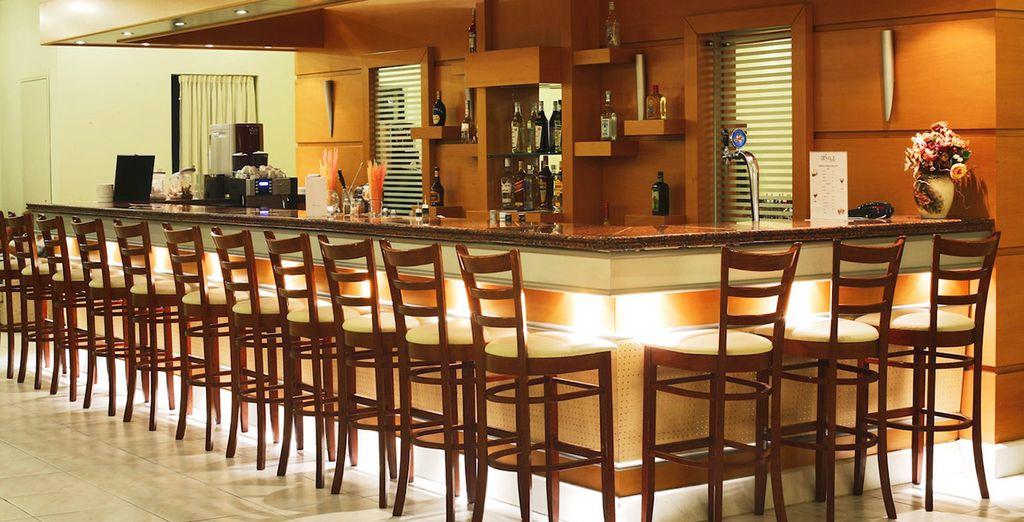 Tome un aperitivo en el lounge bar